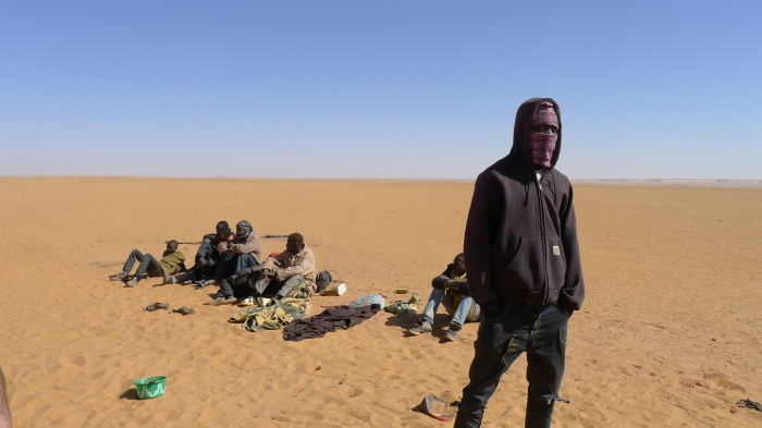 migrants_stranded_in_the_desert_waiting_for_the_toyota_they_travelled_to_libya_in_broke_down_2
